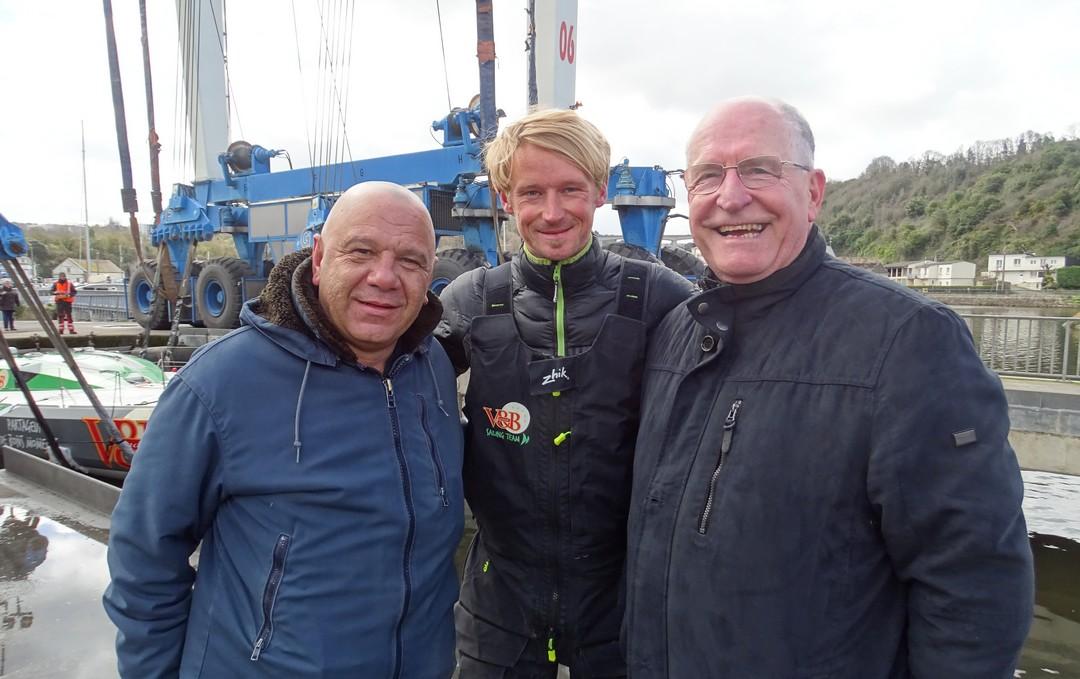 Le skipper Maxime Sorel entouré de Laurent Kerniven (à gauche) et Michel Lerat