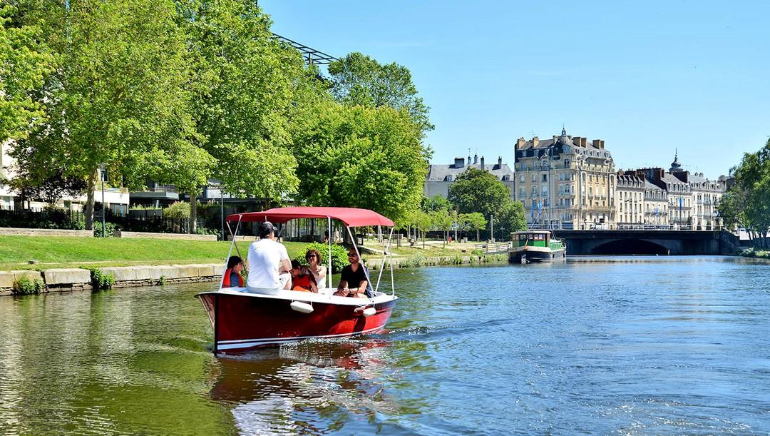 François Templé a lancé, le 7 juin 2019 à Rennes, son activité de balades en bateau électrique sans permis, dans le cadre d'une convention de 5 mois avec la Région Bretagne et Rennes Métropole.