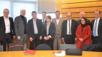 Une partie des membres du Directoire de Bretagne Développement Innovation entoure le Président de la Région Jean-Yves Le Drian