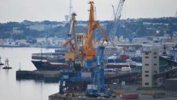 Le port de brest dot d 39 un l vateur bateaux en 2019 - Surplus militaire brest port de commerce ...