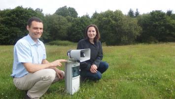 Raphael Bourdon et Melina Gourvennec présentant l'effaroucheur d'AgriProTech