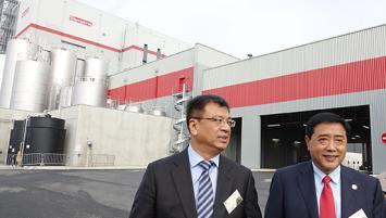 Zhang Liang (à droite) au côté du représentant de l'ambassade de Chine en France