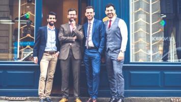 Maxime QUILLIVIC, Yoann MOISAN, Fabien LÉCUÉ et Damien OUELHA devant le store-atelier de Rennes