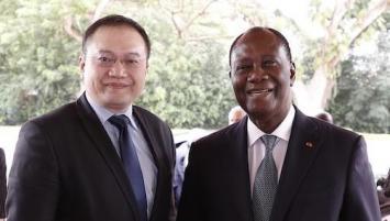 Daï Shen, directeur général de Brest Business School & senior vice-président de WCE, et Alassane Ouattara, président de la Côte d'Ivoire. BBS/CCIMBO/