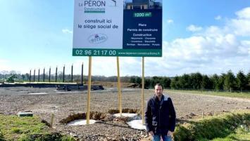 Yohan Botrel qui s'apprête à prendre les commandes de l'entreprise créé par son grand-père supervise le chnatier du futur bâtiment de 1200 m² implanté à Ploumagoar dans les Côtes d'Armor