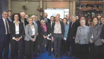 Le 28 novembre dernier à Vendôme, 21 initiatives territoriales dont Bretagne alternance ont été valorisées par le Premier ministre. Sur la photo, Carole Vallérie, en charge du projet pour le réseau consulaire breton est devant le premier ministre (avec une écharpe rose)