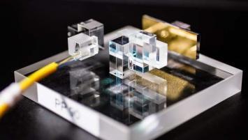 La technologie MPLC développée par Cailabs (Multi-Plane Light Conversion) permet une mise en forme de la lumière laser, par le biais d'une succession de lentilles optiques très complexes, afin d'exploiter pleinement le potentiel des fibres optiques