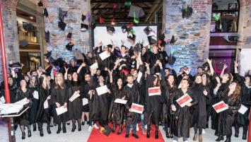 Vendredi 30 novembre, pour la sixième année consécutive, une remise de diplôme « à l'américaine » était organisée par la Chambre de commerce et d'industrie des Côtes-d'Armor afin de récompenser une centaine d'étudiants.