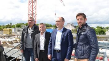 Visite du chantier Grand Quartier : Nicolas Duforeau, directeur du centre commercial (3 ème en partant de la gauche) et Aymeric Granier responsable du chantier  chez Nox Ingénierie