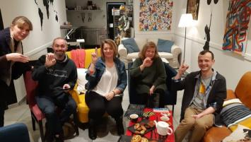 Session apprentissage langue des signes dans le restaurant de Corentin Le Calvez (à droite)