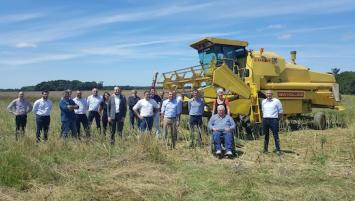 Rencontre entre les différents partenaires Système U, la coopérative Eureden, Paulic Meunerie et la boulangerie Leroux chez Fabrice Sablé, producteur de blé meunier à Guilliers (56) le 7 juillet 2020.
