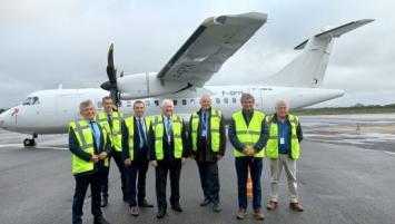 Les responsables de l'Aéroport de Quimper Bretagne et de la compagnie Chalair réunis sur le tarmac pour le retour de l'ATR