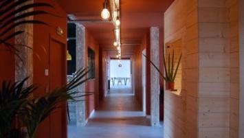 The Swenson House a ouvert ses portes il y a quelques semaines à Audierne dans le Finistère, les pieds dans l'eau.