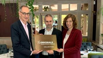 De g à d : Stéphane Barrand, Directeur général The Originals Human Hotel & Resorts, Yoann et Caroline Jego, nouveaux propriétaires de la Maison Tirel-Guérin