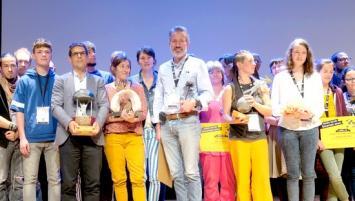 La 13e édition des Trophées bretons du développement durable  a  récompensées  5 lauréats dont la commune de Saint-Sulpice la Forêt en Ille-et-Vilaine (sur la photo son maire, Yann Huaumé est le 1er à gauche avec un trophée).