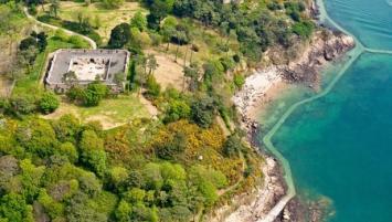 Créées en 1988, les Verreries  de Bréhat situées sur l'île éponyme au large de Paimpol sont devenues l'un des fleurons français de l'artisanat d'art à travers le monde.