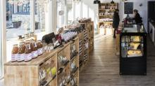 « 'Au Temps des Cerises' propose à la vente des produits locaux de qualité, bio pour la plupart - thés, cafés, biscuits, tartinables, gâteaux en vrac, fromages, pains, charcuteries, pâtes, soupes, vins, bières, huiles, farines, cosmétiques bio, box gourmandes destinées aux entreprises…