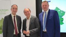 (de gauche à droite) de Messieurs Fabrice Gourdellier (Directeur du Marché des Clients Particuliers chez EDF), André Crocq (Conseiller régional à la transistion énergétique) et Christophe Hervé (Délégué régional Bretagne EDF).