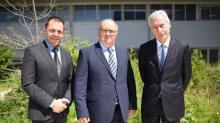 Sur la photo en pj de gauche à droite :  Pascal OUVRARD Directeur Général Adjoint et Directeur Financier Michel L'HOSTIS Président Bernard VEBER Directeur Général