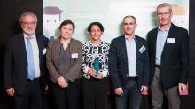 Cosette Jarnouen et Chadi Badra (3ème et 4ème en partant de la gauche) co-dirigeants d'N2C, vainqueur de Crisalide Eco-activités se sont vue remettre leur prix par le Président de Créativ Jean-Luc Blot (à droite)