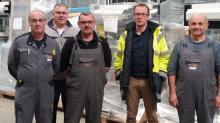 Laurent Perrussel (en jaune), Responsable logistique chez Pasquet Menuiserie à Argentré du Plessis (35), entouré d'une partie de son équipe