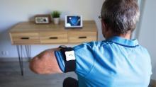 Le patient installe les capteurs autour des membres de son corps atteint par la maladie et via la tablette suit les mouvements de rééducation