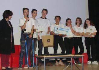Après une intense délibération, le premier prix (400 €) a ainsi été remis, par Isabelle Pellerin, Vice-présidente de la Région aux lycées et présidente du jury, aux 8 élèves de 2nde du lycée Saint-Magloire de Dol-de Bretagne