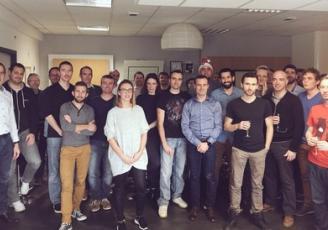 Stéphane Tremier à gauche entourée de son équipe, soit une trentaine de collaborateurs