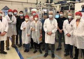 Les équipes d'Albéa Plouhinec, NG Biotech et Air Applications, sur le site de production à Plouhinec (56)