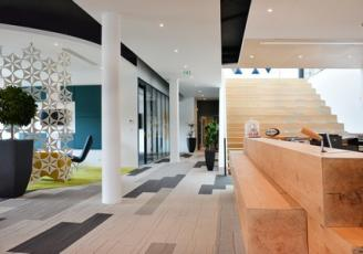 Au sein du nouveau siège social, les espaces de travail, de réunion, de détente s'enchaînent avec rythme au gré des services et de leurs impératifs.