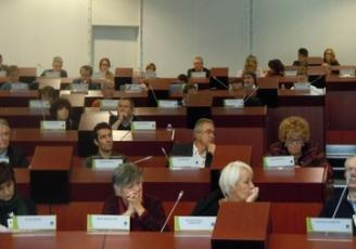 le Conseil économique, social et environnemental régional (CESER) est l'assemblée consultative de la Région. Composé d'acteurs du tissu économique, social et environnemental qui représentent tous les courants de la société civile, il émet des avis et réalise des études sur les questions d'intérêt régional.