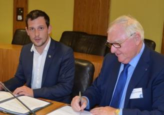 Jean-François Garrec (à droite), président de la CCIR, en compagnie de Martin Meyrier, vice président du conseil régional lors de la signature de la convention.