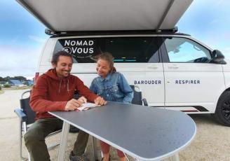 . Dans des vans California T6 Volkswagen 4 places de première main, aménagés et équipés, les voyageurs partent à la découverte des spots du Grand Ouest de la France.