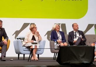 Loig Chesnais Girard , Président de la région Bretagne et Michelle Kirry , Préfète de la région Bretagne ont signé avec leurs partenaires  le 3ème Plan d'action régional pour la création d'entreprises par les femmes en Bretagne