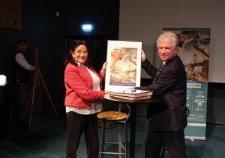 Signature de la convention de partenariat des Fêtes maritimes Brest 2020 entre Evelyne Lucas, présidente de la CCIMBO Brest, et François Cuillandre, président de Brest événements nautiques.