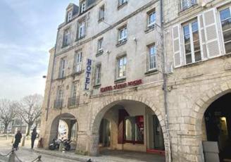 le groupe rennais Vicartem annonce le rachat de l'hôtel Saint-Jean d'Acre, un 3 étoiles de 58 chambres, situé au pied des deux célèbres tours marquant l'entrée du Vieux Port de La Rochelle.