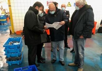Le président de la Région Bretagne, Loïg Chesnais-Girard a visité la criée du Guilvinec et échangé avec les marins pêcheurs