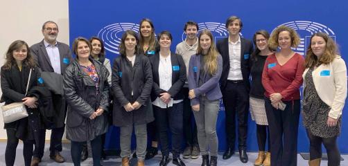 Les 21 et 22 novembre 2019, une quinzaine de responsables réglementation/qualité d'IAA bronnes s'est envolée pour Bruxelles. Parmi eux , Sylvie Meunier d'Eureden (3e depuis gauche) et Adeline Jacob d'EEN Ouest (2e depuis droite)