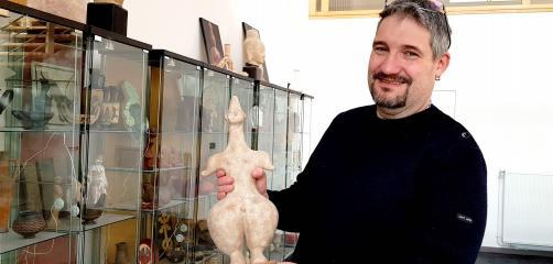 Chez Memento Temporï, une large vitrine regorge de reproductions de pièces archéologiques de toutes les époques et de tous les continents