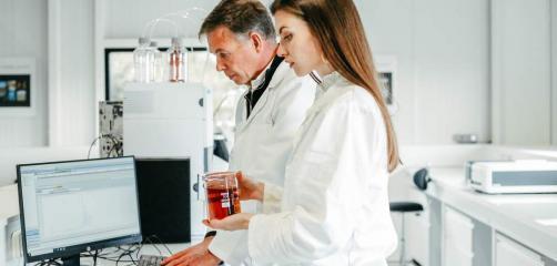 Fidji Briand a fondé le laboratoire Odycea en 2014 en Lannion. Elle a été rejoint dans son aventure par son père, Xavier, créateur de Biotech Marine à Saint-Malo, ex-filiale du groupe Roullier.