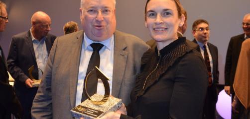 Claripharm, créée en 2013 par Clarisse Le Court, qui s'est vue remettre le prix de l'innovation par Thierry Troesch, Président de la CCI des Côtes d'Armor