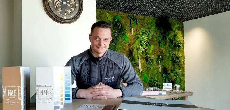 Benoît Lefebvre, dirigeant d'Action Déco à Saint-Malo, va ouvrir mi-avril un premier magasin entièrement dédié à la gamme Naé, une peinture à base de composants renouvelables