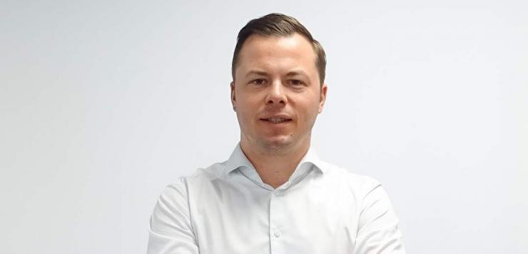 Entre réunion de crise, appel à une nounou et mise en place du télétravail, Maxime Charles, le dirigeant adapte au jour le jour son organisation.