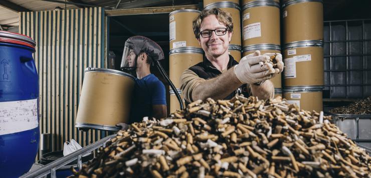 Bastien Lucas, fondateur et gérant de MéGO !, recycle et valorise les mégots de cigarettes.