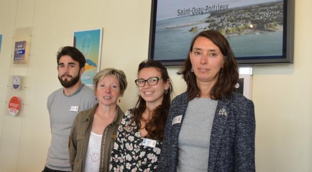 Cécilia Le Goff (à droite sur la photo), directrice de l'office de tourisme de Saint-Quay-Portrieux pilote une équipe de 8 personnes en haute saison