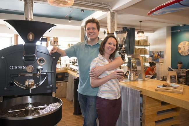 Julien et Nolwenn Blaudeau viennent d'ouvrir Le Café qui fume à Auray, un coffee shop – épicerie fine qui séduit les curiosités.