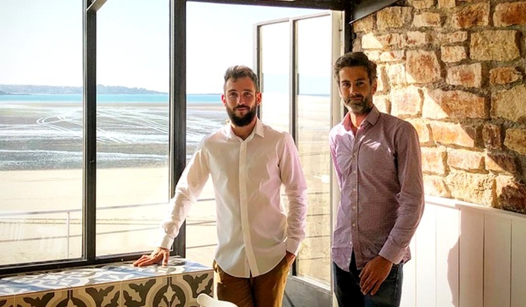 Tugdual Rolland et Fabrice Blard, les repreneurs de l'Hôtel de la plage à Saint-Michel-en-Grèves dans les Côtes d'Armor.